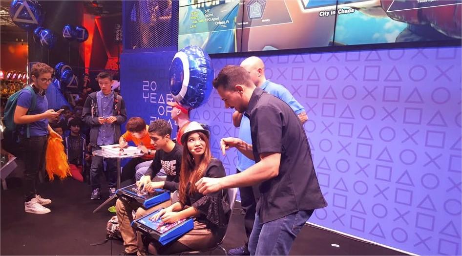 Animation Street Fighter V sur la scène Playstation, avec Yoshinori Ono en dédicaces